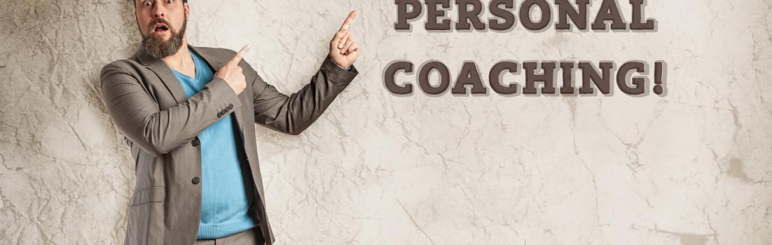 Grunge Wall mit Textfreiraum, staundender Mann deutet darauf