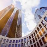 Frankfurter Hochhäuser im Sonnenschein.